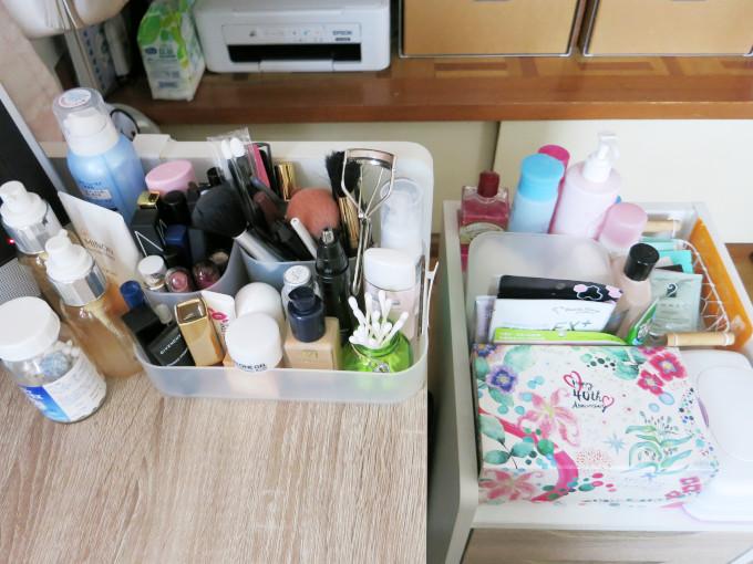 大量の化粧品が並ぶ部屋の画像