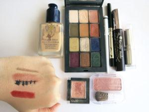 メイクした手の甲と使った化粧品を並べて撮った画像